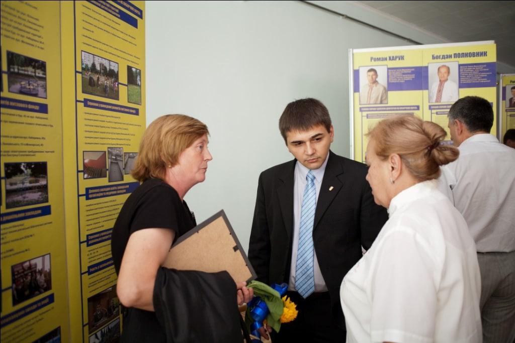 М.Вітенко звітує біля свого стенду