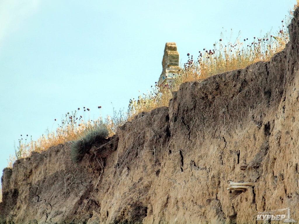 Фото 4: Залишки домовини і кістки, що стирчать з берега у с. Глибоке Татарбунарському районі, 2015;